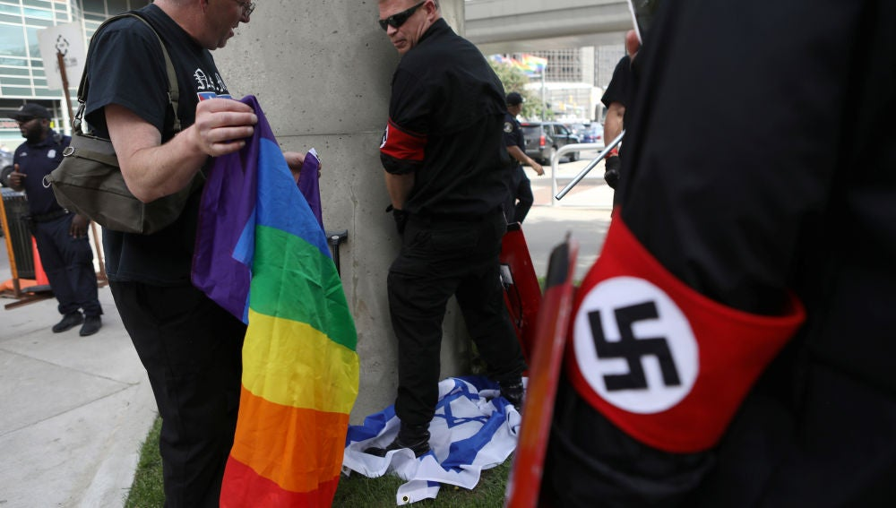 Imagen del grupo de nazis orinando