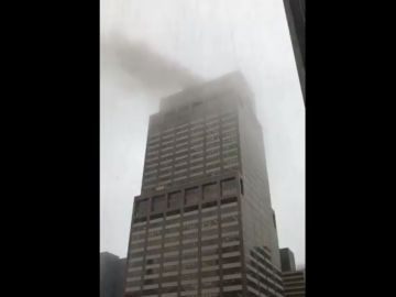 Un helicóptero se estrella contra un edificio en Manhattan
