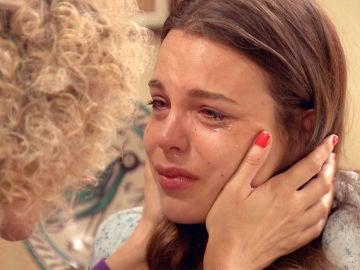 Silvia anima a María, hundida en una profunda depresión