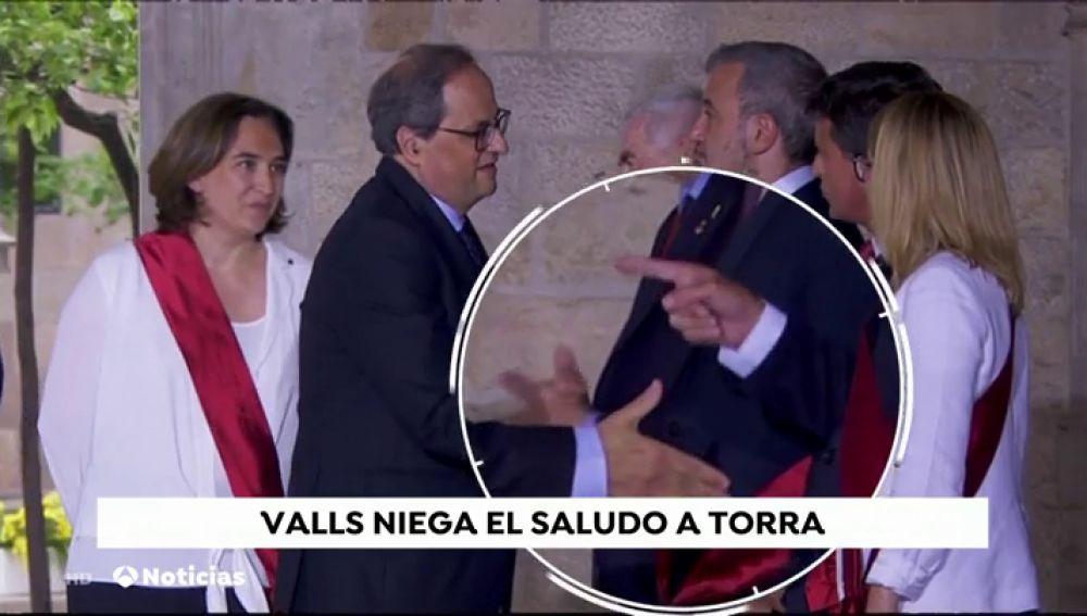 El tenso momento en el que Manuel Valls niega el saludo a Quim Torra