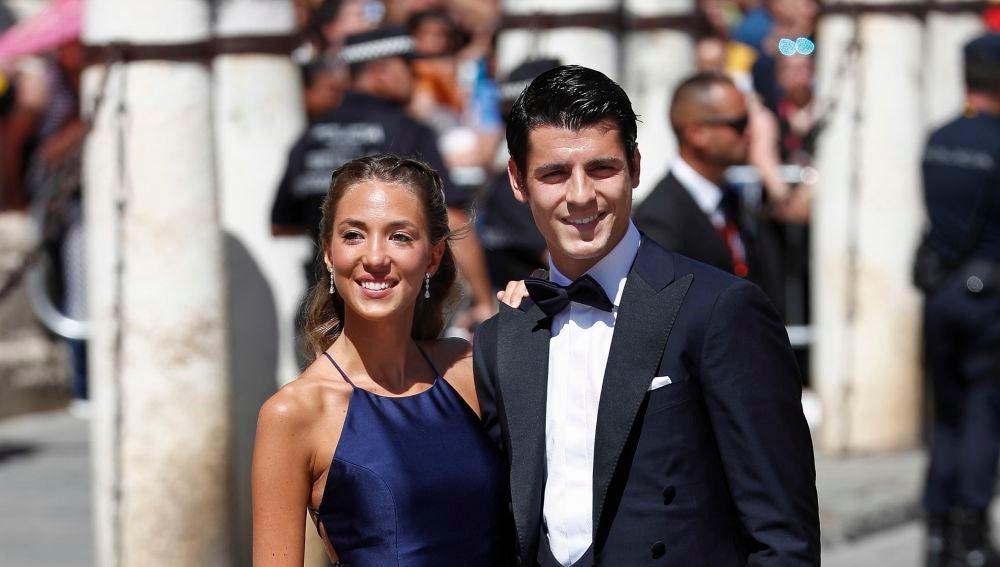 Álvaro Morata y Alice Campello llegando a la boda de Pilar Rubio y Sergio Ramos