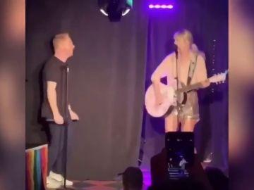 Taylor Swift actua por sopresa en el Stonewall Inn de Nueva York