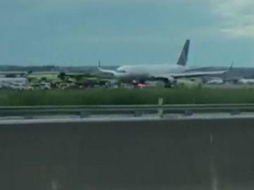 Estallan dos ruedas de un avión nada más aterrizar en el aeropuerto de Nueva York