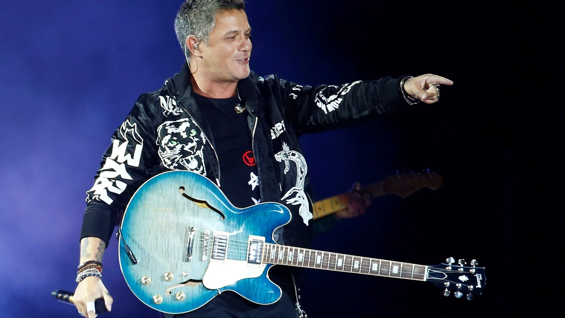 Alejandro Sanz durante el concierto que ha ofrecido en RCDE Stadium del Prat de Llobregat, en Barcelona.