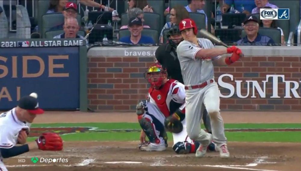 Ojo al bolazo que se llevó este pitcher de los Atlanta Braves: la bola le golpea en la cabeza a 163 km/h