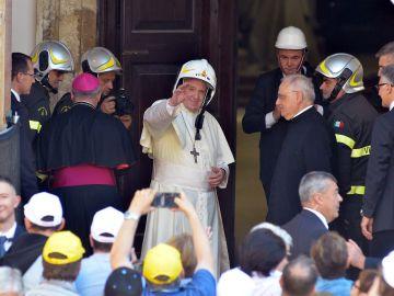 El Papa Francisco en una Iglesia dañada por el gran terremoto en Italia
