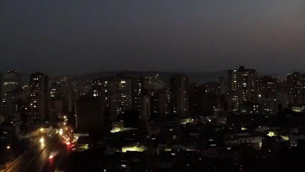 Argentina amanece a oscuras por un apagón que afecta también a Uruguay y algunas zonas de Brasil y Chile.
