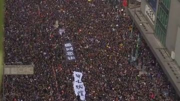 Miles de personas se manifiestan contra las autoridades de Hong Kong