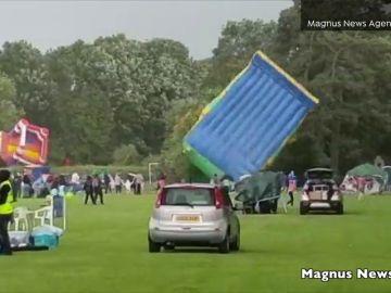 Cuatro heridos al salir volando dos castillos hinchables en Reino Unido