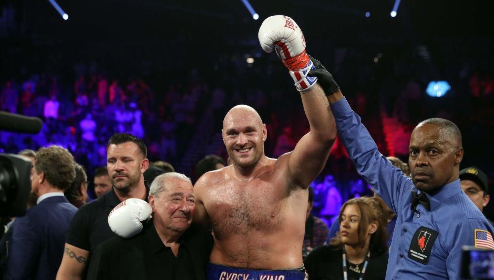 Tyson Fury celebra su victoria ante Tom Schwarz