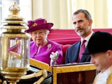 La reina Isabel II junto al rey Felipe, durante una visita a Londres