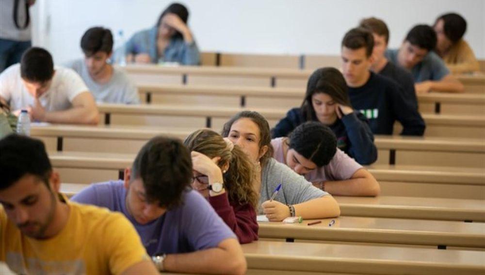 Alumnos realizando las pruebas de Selectividad para el acceso a la universidad.
