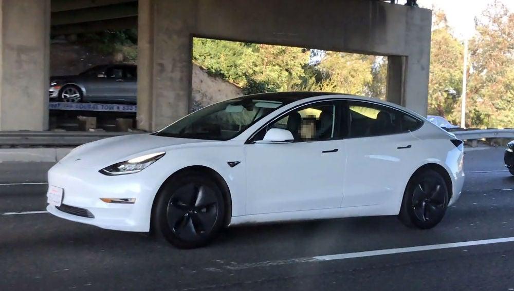 Dormido al volante de un Tesla