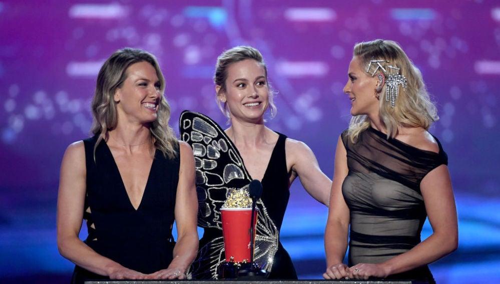 Brie Larson junto a sus dobles de acción en 'Capitana Marvel'