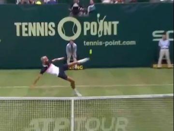 Paire intenta golpear la pelota con el pie