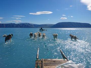 La nueva imagen viral del calentamiento global Groenlandia: agua donde había hielo