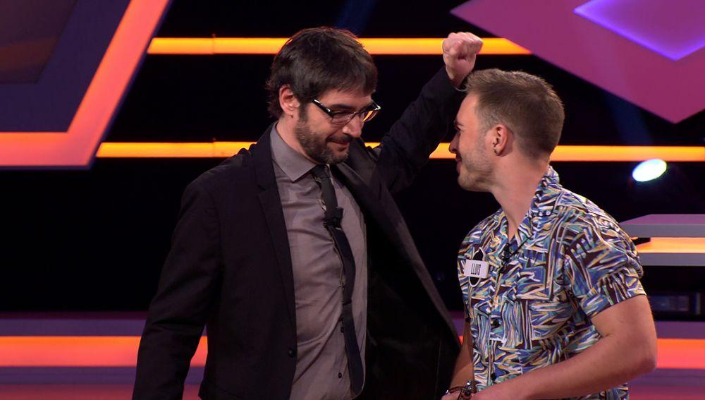 El curioso motivo por el que un concursante le huele el sobaco a Juanra Bonet en '¡Boom!'