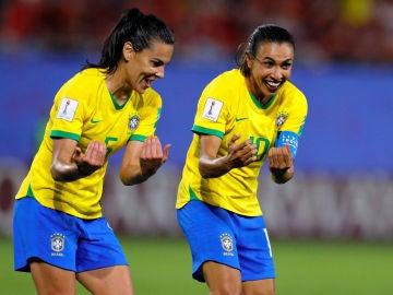 Marta celebra su gol 17 en los Mundiales junto a su compañera Thaisa