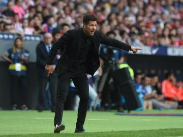 Simeone da indicaciones durante un partido del Atlético de Madrid
