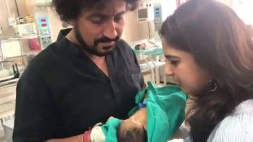 Rescatan a una bebé abandonada en un vertedero en India