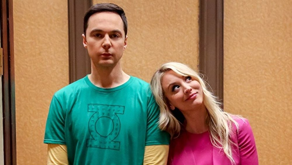 Kaley Cuoco y Jim Parsons como Penny y Sheldon Cooper en el final de 'The Big Bang Thoeroy'