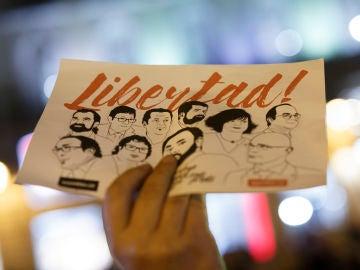 Una manifestante pide la libertad para los políticos catalanes en prisión (Archivo)