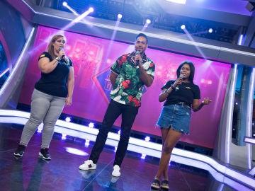 Romeo Santos canta en directo 'Inmortal' acompañado por dos fans en 'El Hormiguero 3.0'