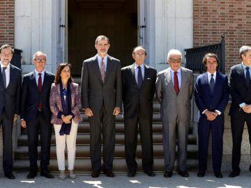 Felipe VI junto a los expresidentes del Gobierno y representantes del actual Ejecutivo en funciones