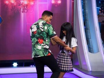 Romeo Santos enseña a Yibing a bailar bachata en 'El Hormiguero 3.0'