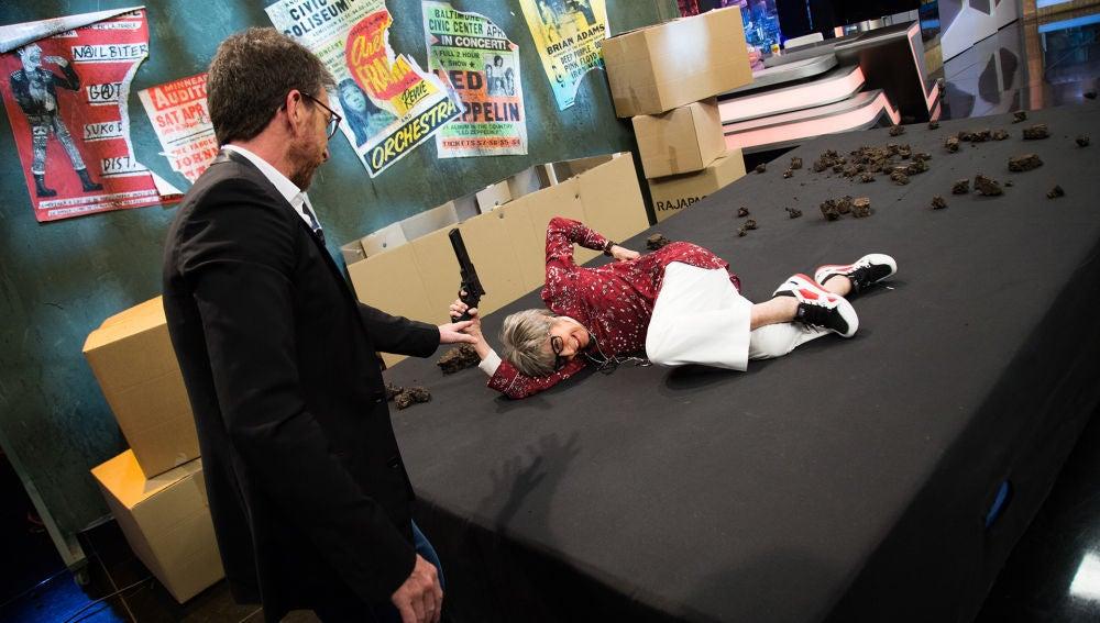 Concha Velasco realiza el salto mortal de Dwayne Johnson en directo en 'El Hormiguero 3.0'