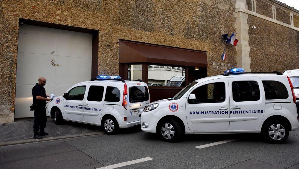 Un convoy para transportar prisioneros llega a la prisión de La Sante
