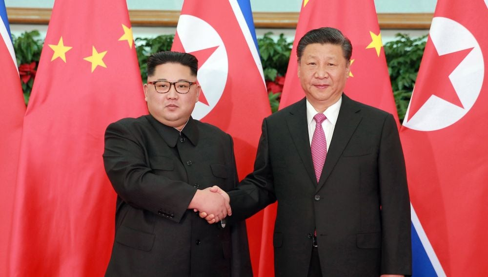 El líder norcoreano Kim Jong-un y el presidente chino Xi Jinping, en una fotografía de archivo