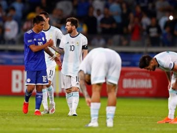 Messi saluda a un jugador de Paraguay