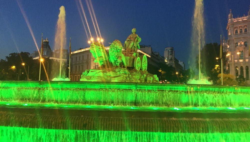 La fuente de Cibeles iluminada de verde por la ELA