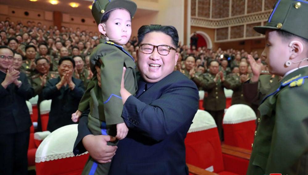 Kim Jong Un con un niño en brazos