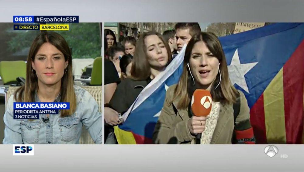 Insultos, críticas y empujones: los momentos más tensos de Blanca Basiano, periodista de Antena 3 Noticias, en Cataluña