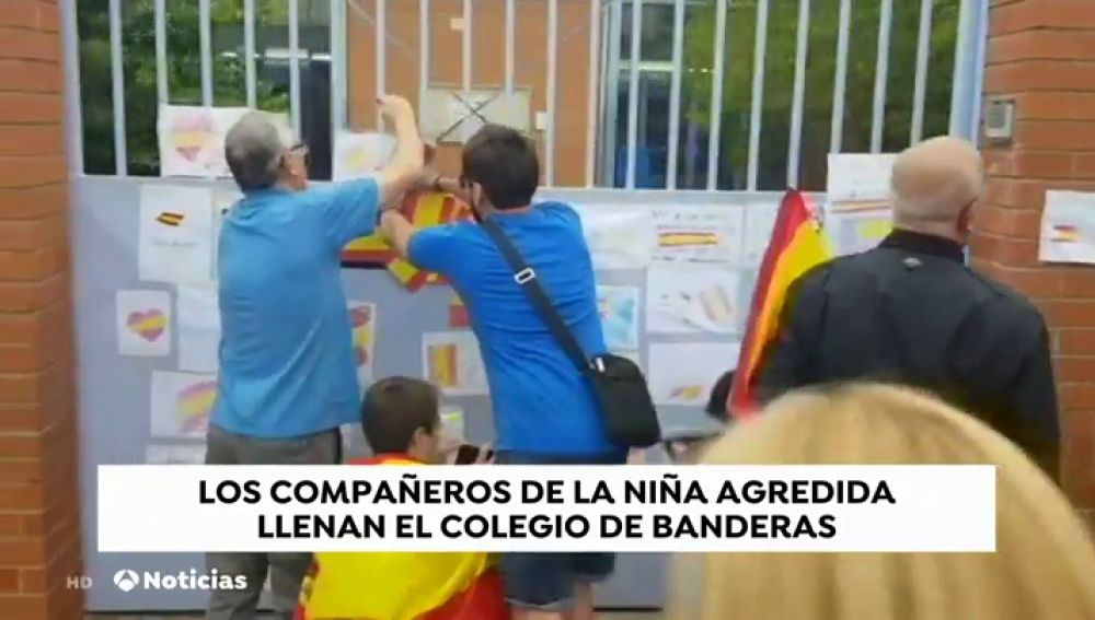 Llenan de banderas de España el colegio de Tarrasa donde supuestamente fue agredida una niña