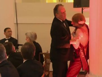Suspenden a un secretario de Estado británico tras agredir a una activista de Greenpeace
