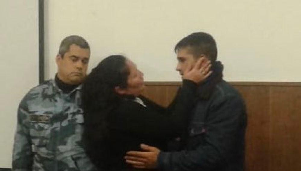 La madre abrazando al presunto asesino