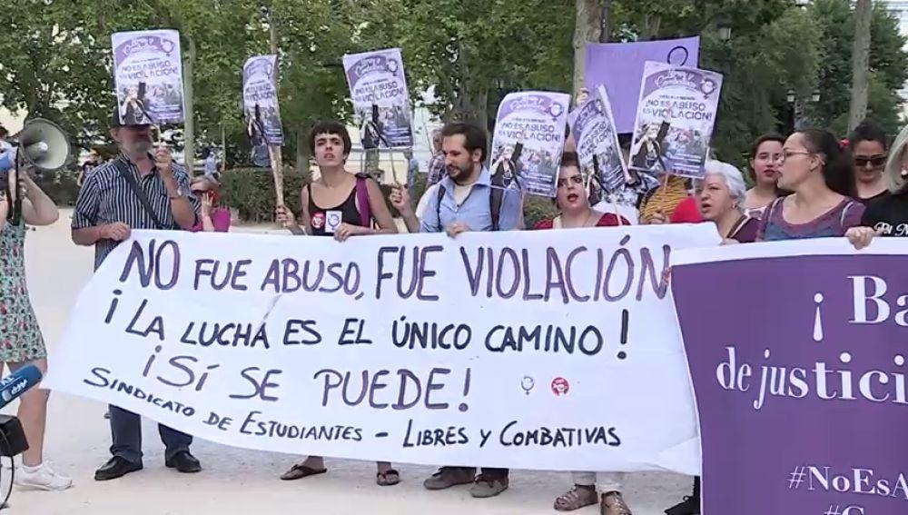 Decenas de personas se concentran en las ciudades españolas para celebrar la sentencia contra 'La Manada'