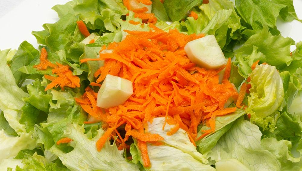 Ensalada de lechuga, pepino y zanahoria
