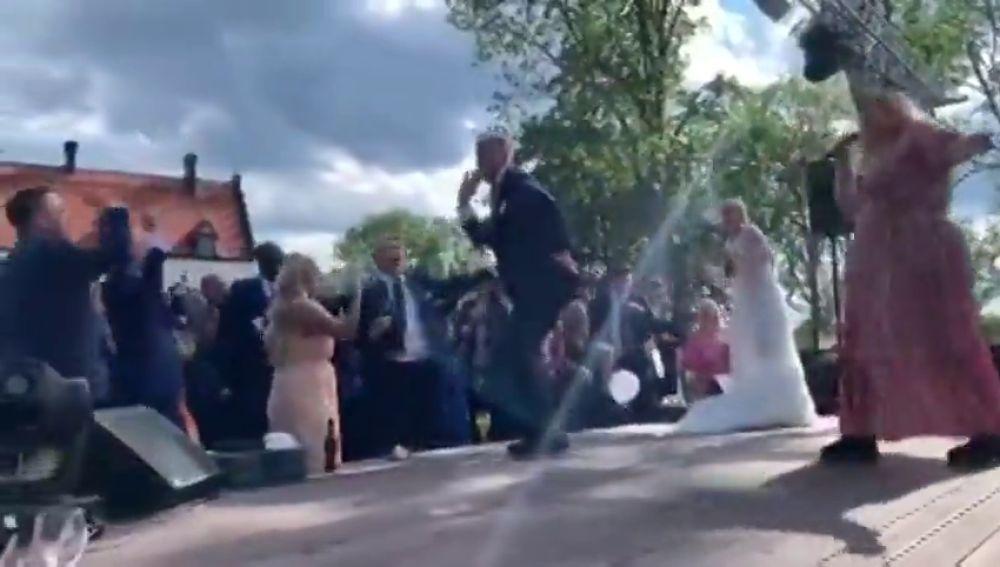 John Guidetti se vino arriba en su boda: atención al baile con los invitados entonando su nombre