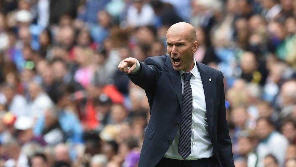 Zidane da indicaciones durante un partido