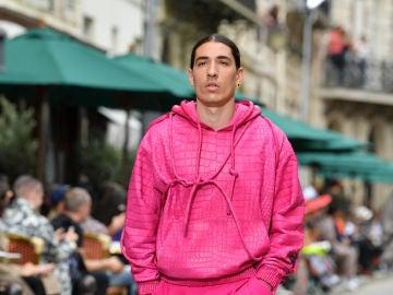 Bellerín, desfilando en la Semana de la Moda en París