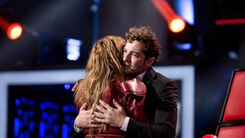 Paulina Rubio y David Bisbal se abrazan en la Gran Final de 'La Voz Senior'