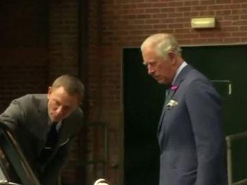 El príncipe Carlos visita el set de rodaje de James Bond
