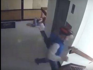 Una madre salva a su hijo de caer por el hueco de las escaleras
