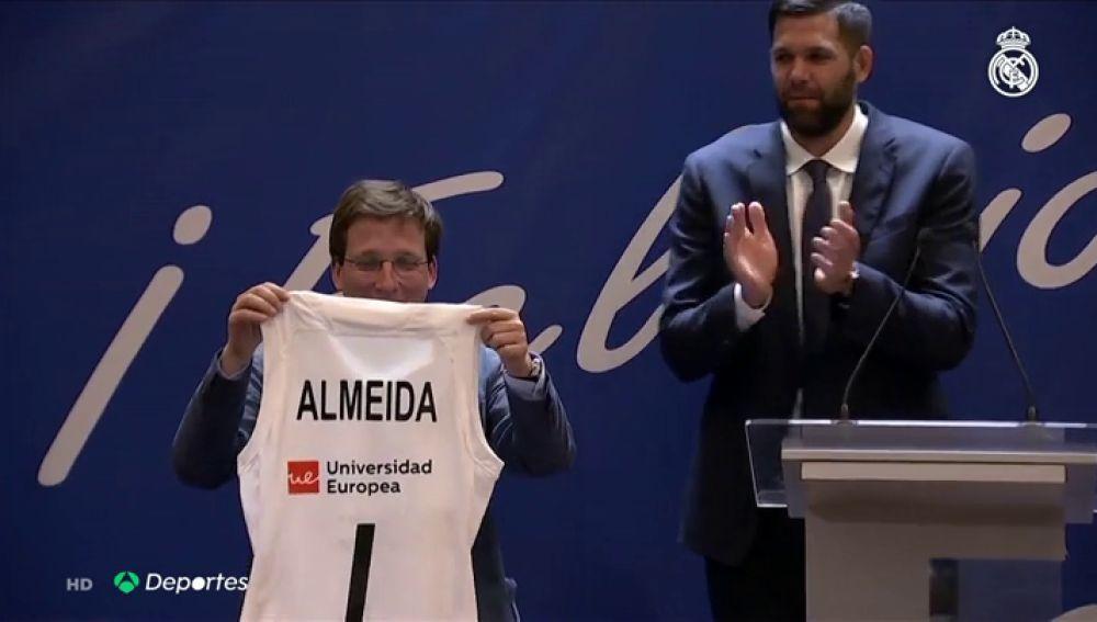 """""""Es la primera camiseta del Real Madrid que tengo"""", la anécdota del rojiblanco Martínez Almeida en la visita blanca"""