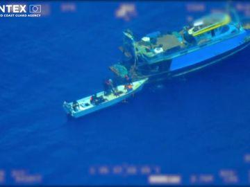 Llegan 100 inmigrantes a la isla italiana de Lampedusa después de que un pesquero los abandonara en mitad del mar