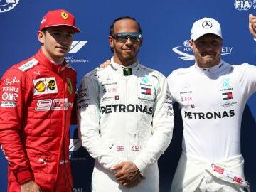 Lewis Hamilton, con Bottas y Leclerc